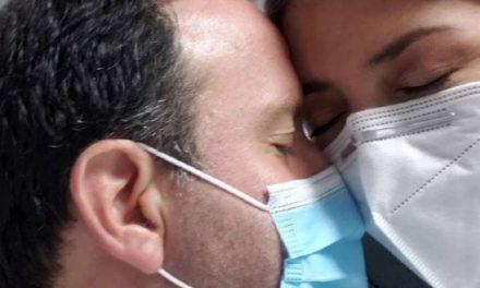 Felipe Arias reaparece en hospital junto a su esposa