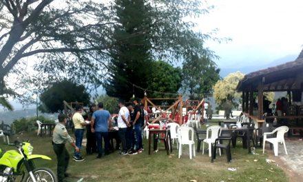 Sin bioseguridad: Más de 80 personas estaban participando en un evento en una gallera